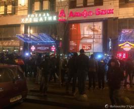 Активисты за блокаду Донбасса после митинга на Майдане разгромили офис еще одного банка РФ
