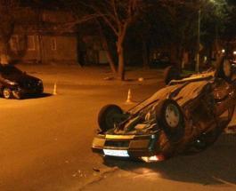"""ДТП в Одессе: """"запорожец"""" припарковался на крышу"""