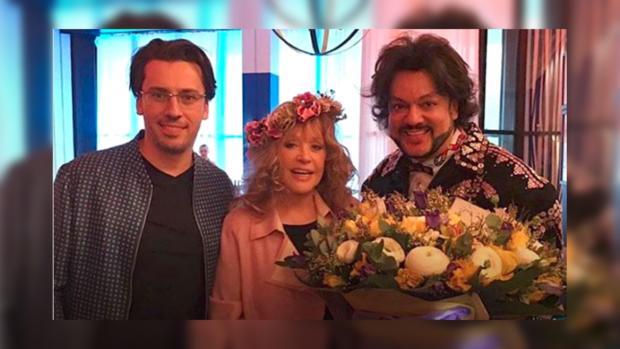 «Весну разрешаем»: Киркоров с букетом желтых цветов пришел на праздник к Пугачевой