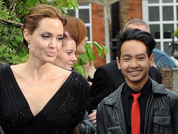 Анджелина Джоли вышла всвет в одеяние за1700 долларов
