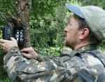 Сергей Гащак устанавливает фотоловушку.