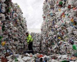 Как украинский городок зарабатывает на мусоре: своих бутылок уже не хватает