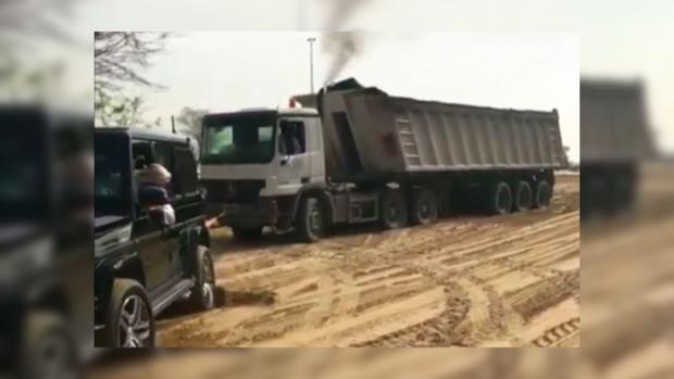 Кронпринц Дубая нагелендвагене спасает застрявшего водителя грузового автомобиля