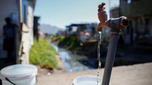 Физики научились опреснять воду спомощью «решета» изграфена