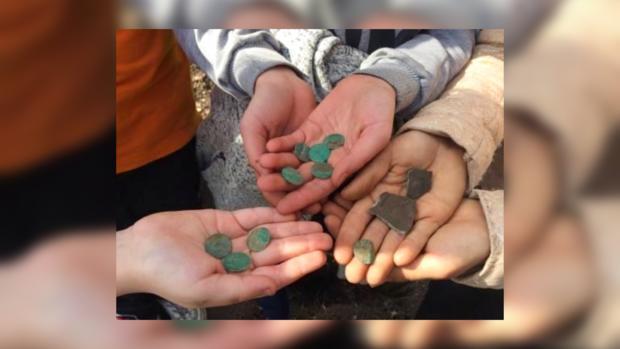 Вгосударстве Украина дети случайно отыскали стародавний клад нашкольной клумбе