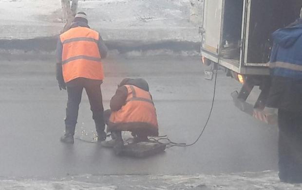 «Димон» одобряет: в Мурманске заваривают канализационные люки перед приездом Медведева