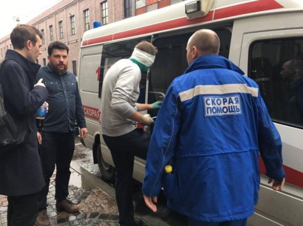 Навальному плеснули влицо зеленкой, политик госпитализирован