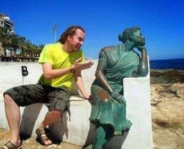 Снимки туристов: курьезные фотографии с памятниками