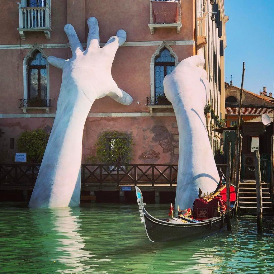 Огромные  руки поддерживают историческое сооружение  вВенеции