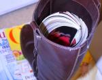 Сверните газеты или журнал в трубочку и вставьте в сапог, чтобы они не потеряли форму