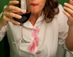 Белое вино поможет справиться с пятнами от красного вина - поверх налейте болого вина!