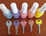 Чтобы не запутаться в ключах окрасьте их в разные цвета лаков