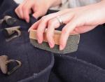Используйте пемзу, чтобы убрать катышки с пальто или свитера