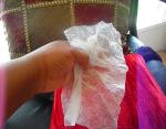 Удалите пятна от дезодоранта влажными салфетками