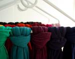 Привязывайте шарфы к вешалкам, для более удобного хранения