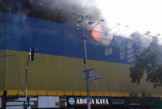 Пожар в центре Киева: На Крещатике горит Центральный гастроном возле ЦУМА