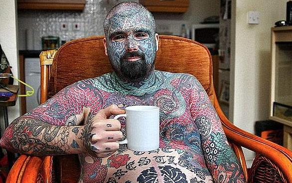 Самый татуированный англичанин может лишиться руки из-за кастета-импланта