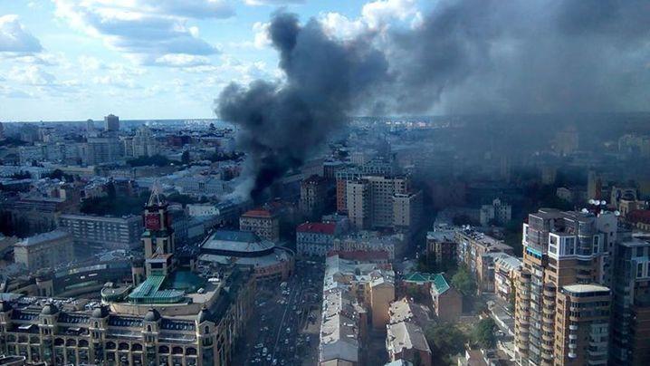 Вцентре столицы Украины загорелось строение прежнего «Центрального гастронома»