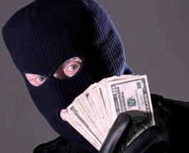 Пока все дома: Горе-грабитель разбросал по улице украденные из банка деньги