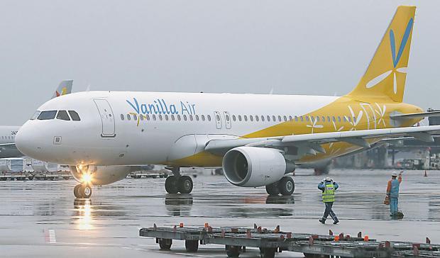 Работники японского аэропорта отыскали золотые слитки втуалете самолета