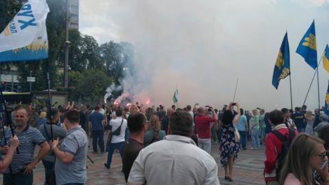 Под Радой активисты на джипе перекрыли дорогу и устроили митинг за снятие неприкосновенности с депутатов