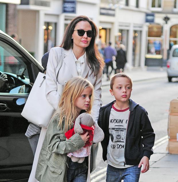 Анджелина Джоли с близнецами Вивьен и Нокс