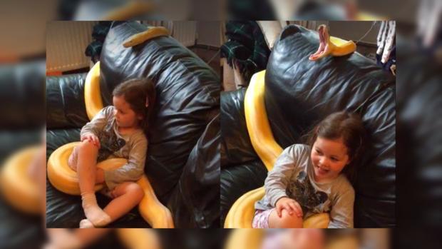 Миниатюрная девочка и гигантский шланг фото 383-426