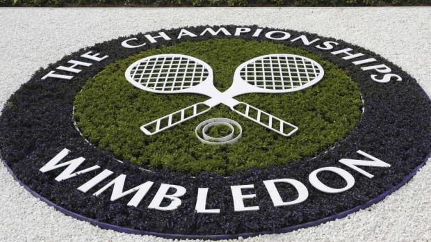 НаУимблдоне теннисистки заставили болельщика выйти накорт инадеть юбку