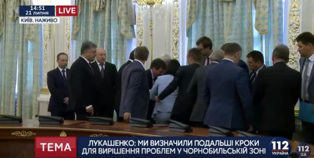 Встреча Порошенко и Лукашенко: раздевшуюся активистку вывела охрана