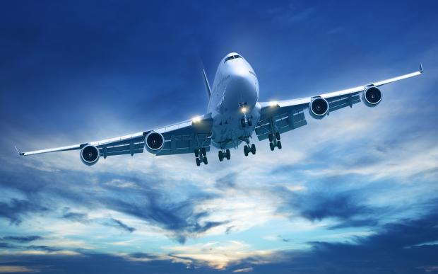 Мужчина пытался выйти из самолета во время полета в Лондон