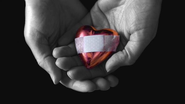 «Склеим даже разбитое сердце». Изобретен новый клей для человека