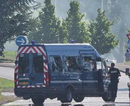 Автомобиль врезался в автобусные остановки в Марселе: один человек погиб
