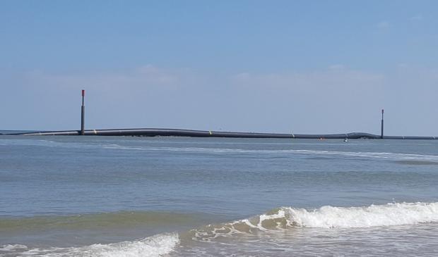 Море выбросило наберег в Великобритании  гигантские чёрные трубы