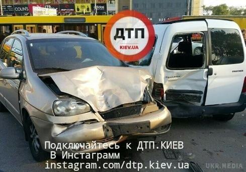 ВКиеве наПетровке случилось масштабное ДТП с6 автомобилями
