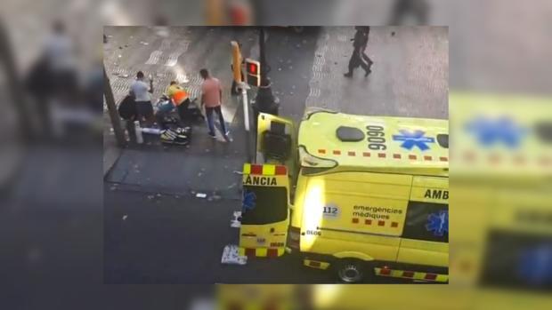 Полицейские оказались под колесами автомобиля вБарселоне после теракта