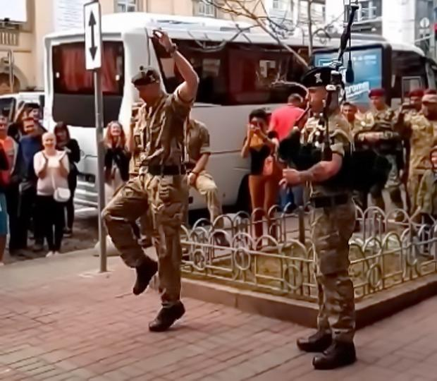 Британский солдат «зажег» вцентре столицы Украины под волынку