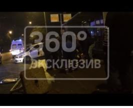 В Петербурге водитель авто въехал в автобусную остановку: есть пострадавшие