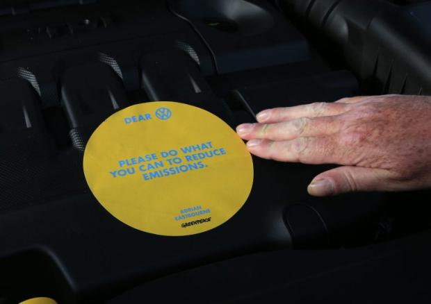 Активисты Greenpeace атаковали вКенте корабль сдизельными автомобилями