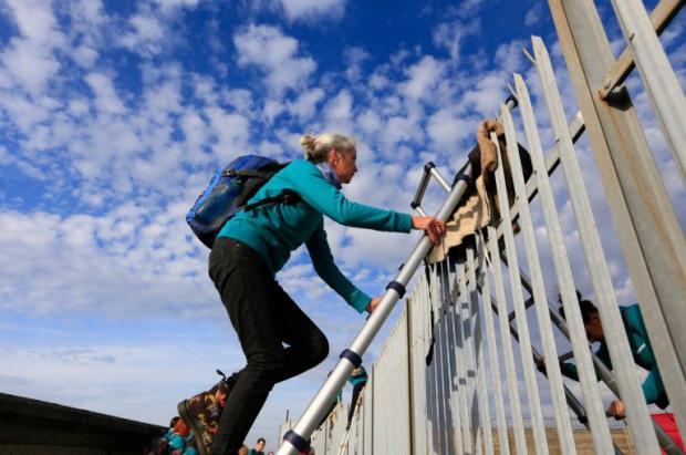 Активисты Greenpeace атакуют судно смашинами Фольксваген наБританских островах