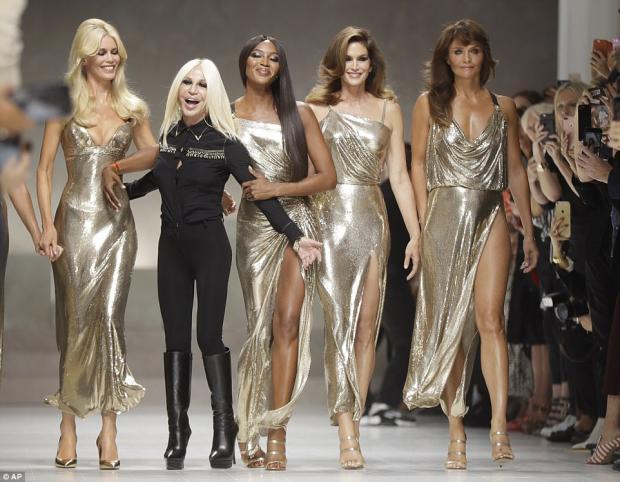 Легендарные топ-модели 90-х воссоединились напоказе Versace