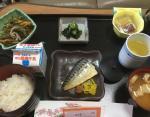 Макрель, салат из водорослей конбу, натто, салат со шпинатом, мисосиру, рис, молоко, зеленый чай.