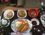 Курица с салатом из капусты, пожаренная горькая китайская тыква, тофу, морковный салат, рис, мисосиру.