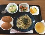 Паста с грибами, картофельный салат, салат из брокколи и бекона, куриный бульон, фрукты, хлеб, зеленый чай.
