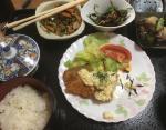 Жаренная рыба с соусом тартар, тушеный картофель, салат из водорослей хидзики, жаренные шпинат и морковь, рис, зеленый чай.