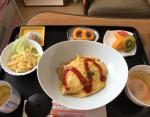 Омурайсу, макаронный салат, куриный суп, кальмаровые колечки, фрукты, зеленый чай.