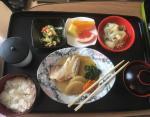 Тушеные овощи, мясо с картошкой, салат с огурцом и кукурузой, рис, мисосиру, зеленый чай.