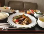 Сыр камамбер с изюмом, ростбиф, пюре, японская тыква кабоча, корни лотоса с подливкой, кукурузный суп, рис, салат, тирамису, фрукты, апельсиновый сок, зеленый чай.