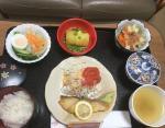 Треска, салат из капусты, салат из пасты, сладкий картофель с бобами, рис, зеленый чай.