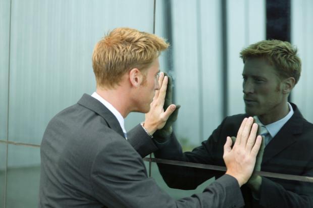 мужчина у зеркала