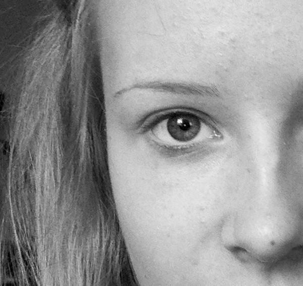 Родинка под левым глазом у женщин значение